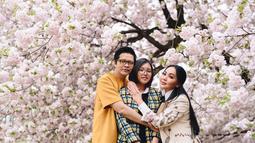 Pasangan ini terlihat sangat menikmati bunga sakura yang mulai mekar. Bunga khas Jepang itu terlihat menghiasi kota dan kelihatan begitu indah. (Instagram/dewigita01)
