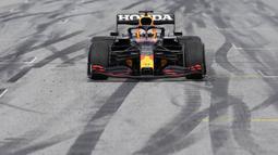 Pada putaran ke-30 Max Verstappen dipanggil untuk mengganti ban. Kru mekanik Red Bull cekatan untuk melakukannya sehingga usaha undercut dari Hamilton di putaran berikutnya tidak berhasil. (Foto: AP/Pool/Darko Vojinovic)