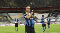 Penyerang Inter Milan, Lautaro Martinez merayakan golnya ke gawang Shakhtar Donetsk pada semifinal Liga Europa 2019/2020, Selasa (18/8/2020) dini hari WIB. (Sascha Steinbach, Pool Photo via AP)