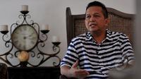 Ekspresi Sutrisno Bachir saat melakukan sesi wawancara khusus dengan tim Liputan6.com di kawasan Senayan, Jakarta, Sabtu (22/2/2015).(Liputan6.com/Johan Tallo)