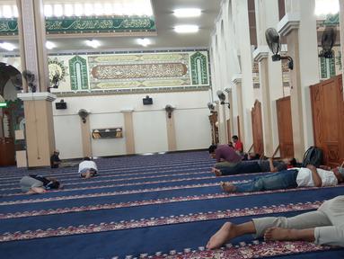 Sejumlah jemaah tidur disela menjalankan ibadah puasa di Masjid Agung Baiturrahim, Provinsi Gorontalo, Sabtu (11/5/2019). Sebagian umat muslim menghabiskan waktu dengan tidur-tiduran di masjid atau melakukan tadarus Alquran pada siang hari selama bulan Ramadan. (Liputan6.com/Arfandi Ibrahim)