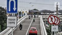 Sejumlah kendaraan melintasi melintasi jalan layang atau flyover Tanjung Barat, Jakarta, Minggu (31/1/2021). Uji coba flyover tapal kuda hari ini dimulai sejak pukul 08.00-21.00 WIB, sedangkan untuk dua hari ke depan dimulai pukul 06.00-21.00 WIB. (merdeka.com/Iqbal S. Nugroho)