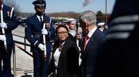 Menteri Pertahanan AS James Norman Mattis dan Menteri Luar Negeri RI Retno Marsudi berjalan bersama setibanya di Pentagon, Senin (26/3). Kedatangan Menlu Retno untuk membahas beberapa bidang isu yang menjadi perhatian kedua negara. (AP/Jacquelyn Martin)