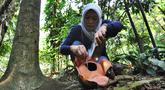 Peneliti Sofie Mursidawati mengecek jenis kelamin bunga Rafflesia Patma yang mekar di Kebun Raya Bogor, Jawa Barat, Minggu (15/9/2019). Bunga langka tersebut mekar untuk ke-14 kalinya sejak tahun 2010 silam. (merdeka.com/Arie Basuki)