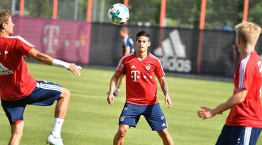Gelandang baru Bayern Munchen, James Rodriguez, bersiap menerima umpan saat mengikuti latihan perdana di Munchen, Rabu (12/7/2017). (EPA/Lukas Barth)
