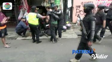 Dua wartawan foto melaporkan kasus penganiayaan yang dilakukan oleh polisi saat meliput kerusuhan Hari Buruh di Bandung.