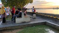 Satgas Covid-19 Kabupaten Berau memasang pembatas di tepi sungai agar warga tak lagi berkerumun selama pemberlakukan PPKM.
