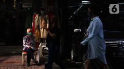 Sejumlah warga berjalan di Pasar Baru, Jakarta, Selasa (9/6/2020). Meski masih dalam masa Pembatasan Sosial Berskala Besar (PSBB) transisi, pusat perbelanjaan tersebut mulai dibuka kembali dengan menerapkan protokol kesehatan menjelang pelaksanaan kenormalan baru. (Liputan6.com/Angga Yuniar)