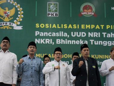 Ketua Umum Partai Kebangkitan Bangsa (PKB) Muhaimin Iskandar (tengah) bersama pengurus DPP PKB dan anggota fraksi PKB DPR RI saat membuka Final Musabaqoh Kitab Kuning di Kantor DPP PKB, Jakarta, Kamis (29/11). (Merdeka.com/Iqbal S. Nugroho)