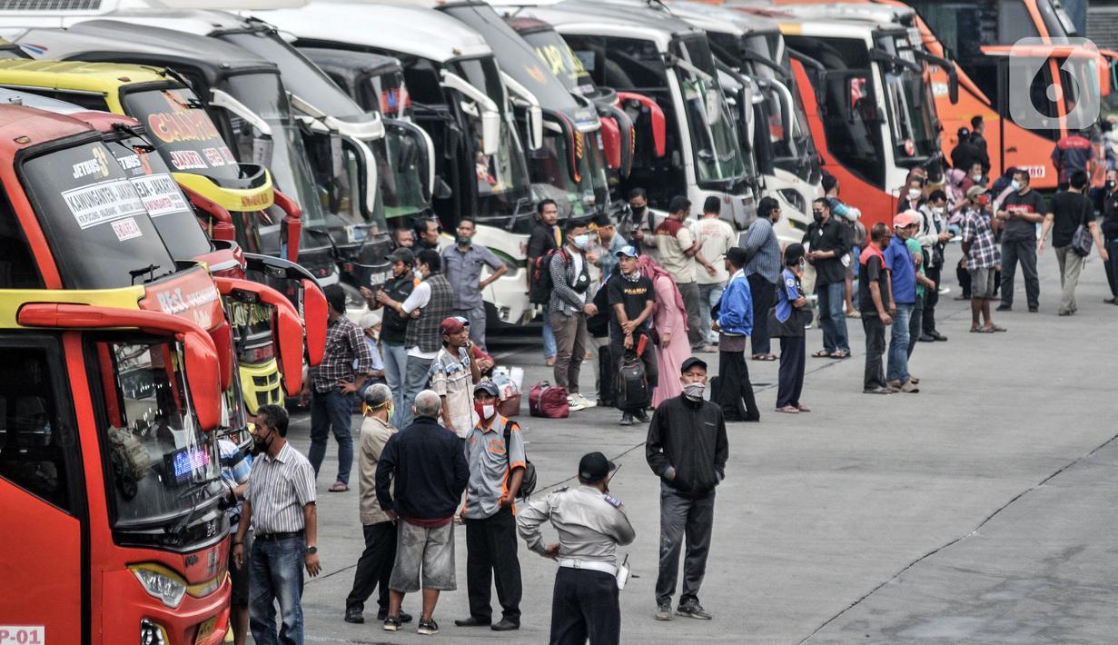 Calon penumpang saat menunggu keberangkatan bus di Terminal Kampung Rambutan, Jakarta, Selasa (4/5/2021). Jelang pemberlakukan larangan mudik, jumlah penumpang di Terminal Kampung Rambutan yang menggunakan bus AKAP melonjak hingga 30 persen sejak awal Mei 2021. (merdeka.com/Iqbal S. Nugroho)