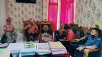 Kades dan aparat desa di Boalemo melaporkan bendahara desa atas dugaan korupsi dana desa Rp700 juta. (Foto: Liputan6.com/Arfandi Ibrahim)