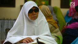 Penyadang tunanetra dari Ikatan Tunanetra Muslim Indonesia (ITMI) melakukan tadarus Alquran braile di Masjid Raya Cipinang Muara, Jakarta, Sabtu (2/6). Acara ini diikuti sejumlah provinsi di Indonesia. (Merdeka.com/Imam Buhori)