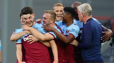 Pemain West Ham United merayakan gol yang dicetak Declan Rice ke gawang Watford pada laga lanjutan Premier League pekan ke-36 di London Stadium, Sabtu (18/7/2020) dini hari WIB. West Ham menang 3-1 atas Watford. (AFP/Richard Heathcote/pool)