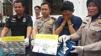 Tembakau sintetis yang efeknya tiga kali lebih kuat itu dijual ke kalangan pebisnis muda Surabaya. (Liputan6.com/Dhimas Prasaja)