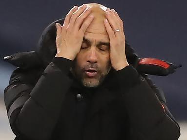 Pelatih Manchester City, Pep Guardiola, tampak kecewa usai timnya ditahan imbang West Brom pada laga lanjutan Liga Inggris di Etihad Stadium, Rabu (16/12/2020). Manchester City imbang melawan West Brom. (AFP/ Martin Rickett/pool)