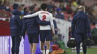 Bek Inggris, Trent Alexander-Arnold (tengah) meninggalkan lapangan usai mengalami cedera dalam laga uji coba menjelang berlangsungnya Euro 2020 di Riverside Stadium, Middlesbrough, Rabu (2/6/2021). Inggris menang 1-0 atas Austria. (AP/Scott Heppell/Pool)