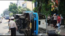 Bus Kopami dalam posisi terguling  di badan jalan, sedangkan busway masih di lokasi kejadian. Petugas pun sudah berdatangangan mengamankan lokasi, Jakarta, Rabu (30/7/2014) (Liputan6.com/Faizal Fanani)