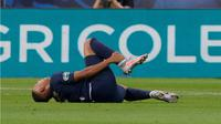 Striker Paris Saint-Germain, Kylian Mbappe, mengalami cedera saat bersua Saint-Etienne pada partai final Coupe de France di Stade de France, Sabtu (25/7/2020) dini hari WIB. (AFP.GEOFFROY VAN DER HASSELT)