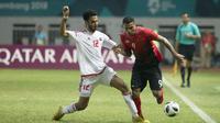 Striker Indonesia, Alberto Goncalves, berusaha melewati pemain Uni Emirat Arab (UEA), Khaled Aldhanhani pada laga Asian Games di Stadion Wibawa Mukti, Jawa Barat, Jumat (24/8/2018). Indonesia kalah adu penalti dari UEA. (Bola.com/Vitalis Yogi Trisna)