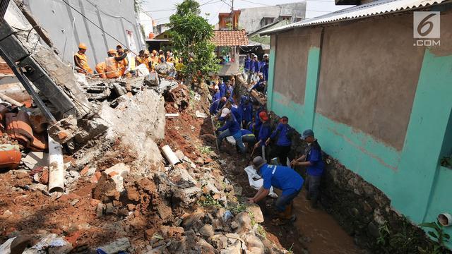 Puing Rumah Longsor di Kalisari Pasar Rebo