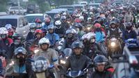 Pengendara sepeda motor terjebak kemacetan di jalan Lamaran, Karawang, Sabtu (2/7). Kemacetan tersebut terjadi akibat pemisahan jalur antara roda dua dengan roda empat untuk mengantisipasi jalur mudik Pantura. (Liputan6.com/Gempur M Surya)