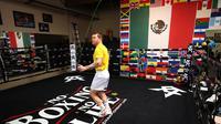 Canelo Alvarez saat menjalani latihan jelang pertarungan melawan Billy Saunders (AFP/Sean M. Haffey)