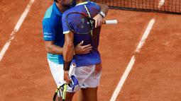 Petenis Swiss, Stan Wawrinka memeluk Rafael Nadal seusai dikalahkan pada final Prancis Terbuka di Roland Garros, Minggu (11/6). Nadal mengalahkan unggulan ketiga asal Swiss itu dalam dua jam lima menit dengan tiga set langsung. (AP Photo/Petr David Josek)