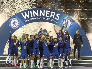 Para pemain Chelsea merayakan juara Liga Champions usai pertandingan melawan Manchester City di Stadion Dragao di Porto, Portugal, Minggu (30/5/2021).  Chelsea menang tipis atas City dengan skor 1-0. (Pierre Philippe Marcou / Pool via AP)