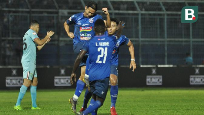 Penyerang Arema FC, Dendi Santoso melakukan selebrasi setelah menjebol gawang Persela Lamongan pada pekan ketiga Shopee Liga 1 2019 di Stadion Kanjuruhan, Malang,  Senin (27/5/2019). (Bola.com/Iwan Setiawan)