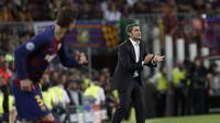 Pelatih Barcelona Ernesto Valverde memberikan instruksi kepada pemainnya saat menghadapi Inter Milan pada matchday kedua Grup F Liga Champions di Camp Nou, Kamis (3/10/2019) dini hari WIB. Barcelona menang 2-1.(AP Photo/Joan Monfort)