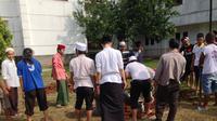 Santri Ponpes Al Hikam Depok tengah mempersiapkan pemakaman untuk KH Hasyim Muzadi (Liputan6.com/Ady Anugrahadi)