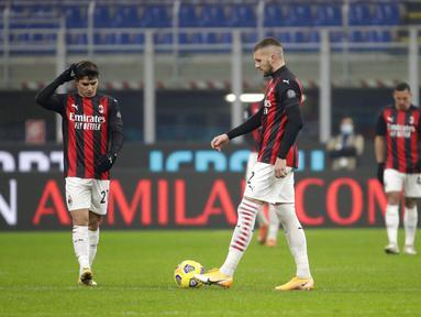 Ekspresi pemain AC Milan Brahim Diaz (kiri) dan rekan setimnya Ante Rebic usai pemain Parma Hernani mencetak gol ke gawang mereka pada pertandingan Serie A di Stadion San Siro, Milan, Italia, Minggu (13/12/2020). AC Milan masih puncaki klasemen usai imbang 2-2 lawan Parma. (AP Photo/Luca Bruno)