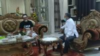 Wakil Bupati (Wabup) Gorontalo Utara (Gorut), Thariq Modanggu saat dijenguk oleh Bupati Gorontalo Utara (Arfandi Ibrahim/Liputan6.com)