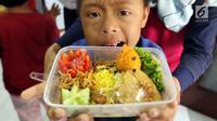 Anggota komunitas penyandang disabilitas, down syndrome, dan rungu wicara menunjukkan makanan saat mengikuti program kreativitas menghias Bekal Nusantara di Museum Naskah Proklamasi, Jakarta, Sabtu (14/9/2019). Mereka membuat makanan menggunakan bahan-bahan khas Indonesia. (Liputan6.com/JohanTallo)