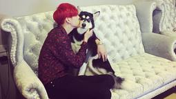 Salah satu idol K-Pop yang pernah gunakan batik adalah member dari GOT7, Bambam. Rapper GOT7 asal Thailand ini pernah gunakan baju batik dengan warna merah marun yang ia unggah di Instagram miliknya. (Liputan6.com/IG/@bambam1a)