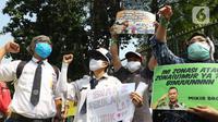 Sejumlah orang tua murid membawa poster dalam demonstrasi di depan Kementerian Pendidikan dan Kebudayaan, Jakarta, Senin (29/6/2020). Mereka memprotes sistem Penerimaan Peserta Didik Baru (PPDB) DKI Jakarta yang seleksi penerimaannya berdasarkan usia. (Liputan6.com/Herman Zakharia)