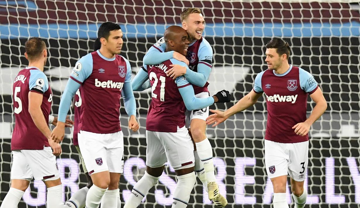 Pemain West Ham United merayakan gol yang dicetak Angelo Ogbonna ke gawang Aston Villa pada laga lanjutan Liga Inggris di Stadium of London, Selasa (1/12/2020) dini hari WIB. West Ham menang 2-1 atas Aston Villa. (AFP/Neil Hall/pool)