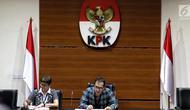 Wakil Ketua KPK Saut Situmorang dan Kabiro Humas Yeyek Andriati saat keterangan pers terkait dugaan suap Pejabat Kementerian PUPR yang melibatkan 21 orang sebesar Rp 429 milliar di Gedung KPK, Jakarta, Minggu (30/12) dini hari. (Liputan6.com/Johan Tallo)