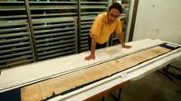 Bagian dari Gulungan Yesaya atau Isaiah Scroll, salah satu Gulungan Laut Mati atau Dead Sea Scrolls, diamankan di dalam gedung Shrine of the Book di Museum Israel di Yerusalem. (AP)
