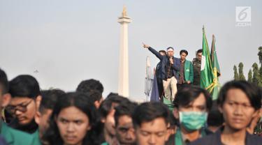 Protes Utang Negara, Mahasiswa Bakar Ban di Depan Istana