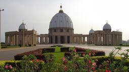 The Basilica of Our Lady of Peace of Yamoussoukro, sebuah basilika Katolik Roma yang terdaftar oleh Guinness World Records sebagai gereja terbesar di dunia. Luas wilayahnya 30.000 meter2 dan menampung 18.000 jamaah. (Grand Champ - WordPress.com)