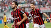 Gelandang AC Milan, Hakan Calhanoglu, menyumbangkan satu gol saat timnya menang 4-1 atas Helles Verona pada laga pekan ke-36 Serie A, di San Siro, Sabtu (5/5/2018) waktu setempat. (AP Photo/Antonio Calanni)
