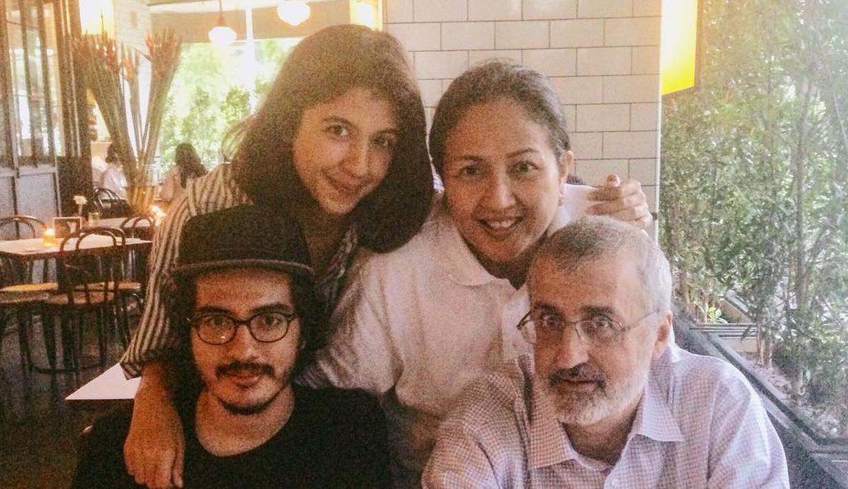 Dewi Irawan, suami dan dua anaknya. (Instagram/@shadirra)
