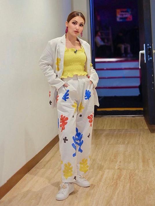 Ayu Ting Ting tampil playful dengan padu padan blazer dengan drawstring tanktop warna kuning. (Instagram/ayutingting92).