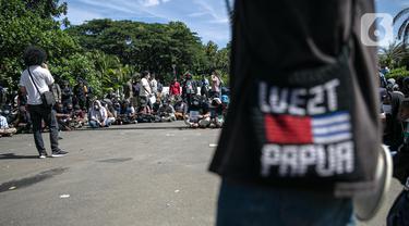 Massa yang tergabung dalam Aliansi Mahasiswa Papua (AMP) menggelar aksi di kawasan Patung Kuda, Jakarta, Selasa (1/12/2020). AMP menyerukan kepada dunia internasional untuk membangun konsolidasi solidaritas perjuangan hak menentukan nasib sendiri bagi bangsa West Papua. (Liputan6.com/Faizal Fanani)