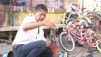 Sanudi Rahul adalah seorang pengepul sepeda rongsok asal Desa Panguragan Kulon, Cirebon. Di tengah pandemi Covid-19, usaha jualan sepeda rongsok dia mengalami peningkatan yang cukup signifikan. (Foto: Liputan6.com)