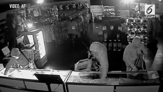 Video rekaman cctv menampilkan aksi perampokan senjata api di hari natal.