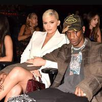 Kylie Jenner mendampingi Travis Scott di MTV VMA 2018. (Foto: People/Jeff Kravitz/FilmMagic)