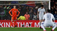 Kiper Chelsea Thibaut Courtois bereaksi setelah pemain Barcelona, Lionel Messi mencetak gol pada leg kedua babak 16 besar Liga Champions 2017-2018 di Stadion Camp Nou, Rabu (14/3). Chelsea terhenti pada babak 16 besar Liga Champions. (AP/Emilio Morenatti)