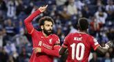 Penyerang Liverpool, Mohamed Salah (kiri) berselebrasi dengan Sadio Mane usai mencetak gol ke gawang Porto pada pertandingan grup B Liga Champions di stadion Dragao di Porto, Portugal, Rabu (29/9/2021). Salah mencetak dua gol dan Liverpool menang telak atas Porto 5-1.  (AP Photo/Luis) Vieira)